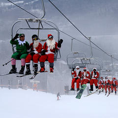 Schulferien im Winter 2018/2019: Alle Daten für die Vorbereitung eures Skiurlaubs - ©Windham Mountain Resort welcomes all skiing and riding Santas! Kick off the winter holiday season and help us raise money for The Windham Community Food Pantry.
