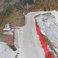 Der Stein des Anstoßes: Der Skiweg von der Bergstation der Wildspitzbahn ins Gletscherskigebiet Pitztal (September 2018) - © Österreichischer Alpenverein