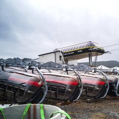 Szczyrk - Hala Skrzyczeńska: Sedačky novej lanovky čakajú na zavesenie - © TMR