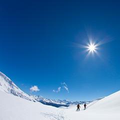 Zwei Bergsteiger im Aufstieg mit Ski, Einsame Skitour auf das Torrenthorn, Leukerbad, Wallis, Schweiz - © Iris Kürschner/powerpress.ch