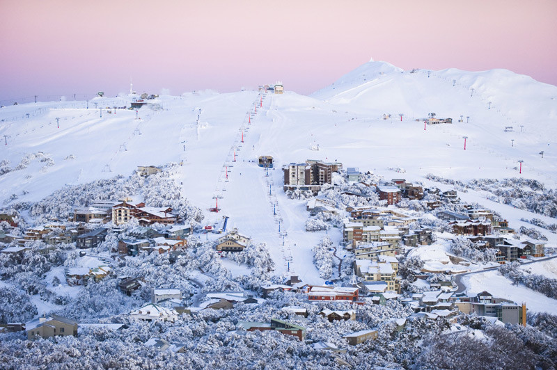 Winter in Australien - Skigebiet Mt Buller in der Dämmerungundefined